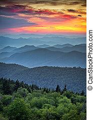 Blue ridge Parkway scenic scenic, aplachánská horská vrstva západu slunce nad sluncem nad sluncem nad horami