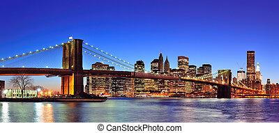 Brooklynský most s New York City Manhattánem na obloze, na obloze, na obloze, osvětlené nad východním pobřežím s modrou oblohou.