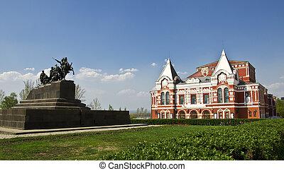 Budování dramatického divadla, postaveného v tradičním ruském stylu a památníku pro kavaleraci. Urbanská krajina. Rusko, Samaro.