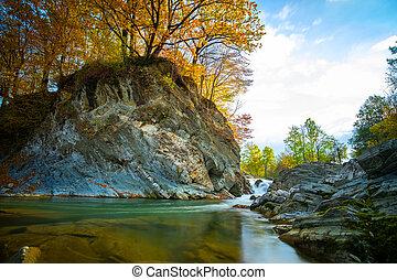 bystrý, padající, vodopád, pěna, day., dole, malý, tyrkys, čistý, mezi, řeka, podzim, hora, namočit, neposkvrněný, valoun, deštivý, častý