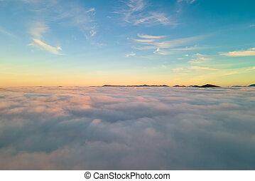 chvějící se, hory, ponurý, západ slunce, hustý, horizon., názor, mračno, daleký, nad, anténa, neposkvrněný