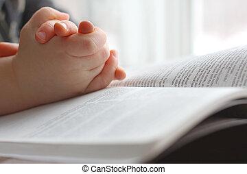 Děti se modlí na svatou bibli
