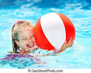 Dětské plavání v bazénu.