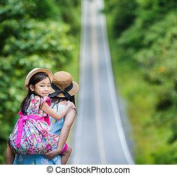 děvče, rozšířit soubor, matký, šťastný, jet, jeho, obránce, udělat si rád, malý