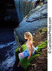 děvče, vodopády, sráz, kráska, časný, léto, portrét, řeka, druh, pokraj, ráno, udělat si rád, překrásný