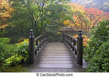 Dřevěný most v japonské zahradě na podzim