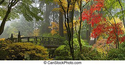 Dřevěný most v japonské zahradě na podzimní panorama