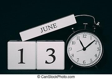 Důležitý datum a událost v černém a bílém kalendáři. Krátce a měsíc, den 13. Letní sezónu.