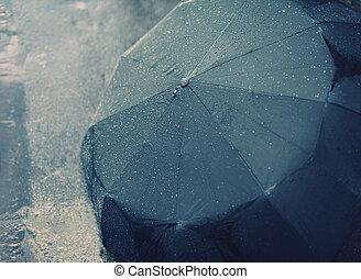 Dešťový podzimní den, mokrý deštník