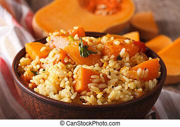 Dietářské jídlo, rýže s dýňovým makarem na stole. Horizontální