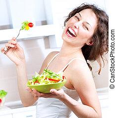 Diet. Zdravá mladá žena jí salát