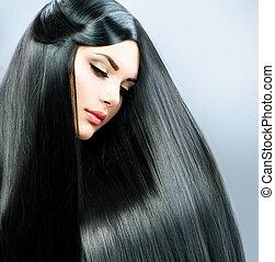 Dlouhé vlasy. Krásná brunetka