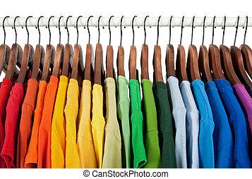 Duhové barvy, oblečení na dřevěných obětech