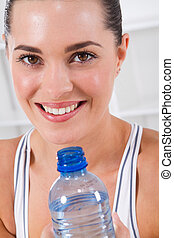 Exercizní žena pije vodu