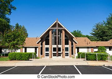 Exteriér moderního kostela s velkým křížem