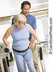 Fyzioterapeut s pacientem na rehabilitaci