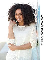 Hezká mladá žena se usmívá