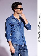 Hezký mladý mužský model s džínovým tričkem