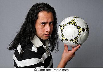 Hispánec drží fotbal