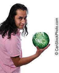 Hispánec drží zelenou zemi