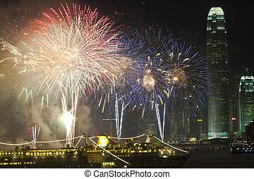 Hong Kongští čínští novoroční ohňostroji v přístavu