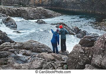hora, stojí, vodopád, malý, řeka, turista, násep, ženy