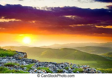 Horská krajina při západu slunce.