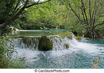 Horská tok nebo divoká voda amaongstují s kameny