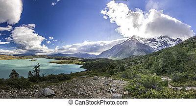 Hory patagonie při západu slunce, blízko modrého jezera
