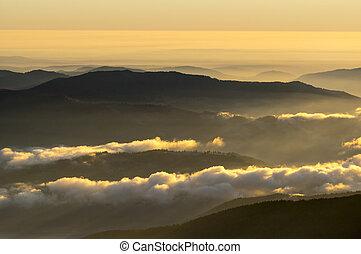 hory, rozednívat se