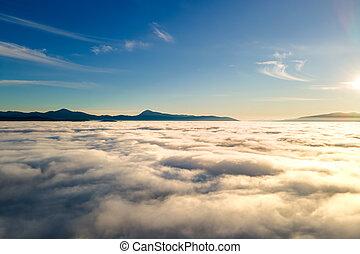 hustý, anténa, chvějící se, mračno, horizon., neposkvrněný, nad, ponurý, západ slunce, daleký, názor, hory