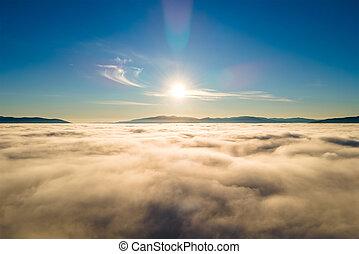 hustý, ponurý, hory, nad, mračno, daleký, názor, anténa, neposkvrněný, chvějící se, západ slunce, horizon.