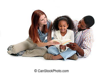 Interraciální rodinné čtení spolu