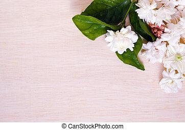 Jasmínové květiny se spojily na dřevěné desky