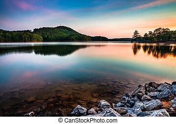 Jezero allatoona v červeném horském parku severně od Atlanty