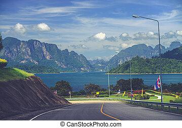 Jezero, jezero, jezero po cestě. Khao sok národní park. Thajsko. (vnitřní filtrovací efekt použitý)