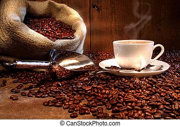 Kafe s pytlem s pečenými fazolemi