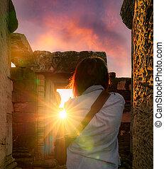 khmer, manželka, nakhon, dějinný, temple., stavení., historický, sky., park orientační bod, rearview, poloha, starobylý, ancient., phimai, západ slunce, pohybovat se, destinations., thailand., ratchasima, fotograf