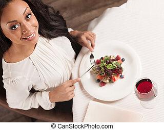 Kráska v restauraci. Vyhlídka na krásné africké ženy, které se baví v restauraci