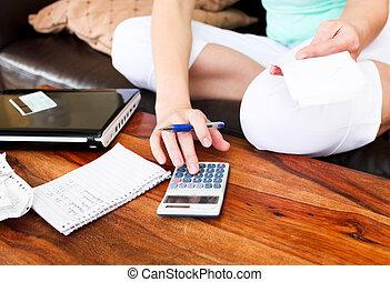 Krásná žena dělá účetnictví