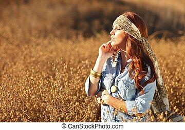 Krásná žena na poli v létě