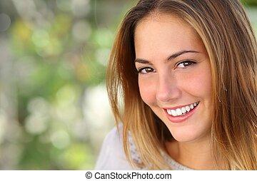 Krásná žena s bílým úsměvem