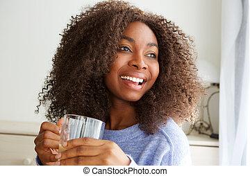 Krásná africká americká žena pije čaj