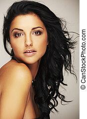 Krásná brunetová modelka ve studiu