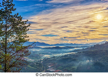 Krásná krajina, přelidněná, ráno, v mlhavých horách