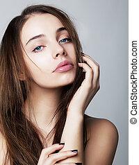 Krásná mladá žena, která se blíží k obrazu