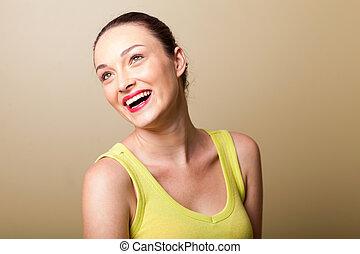 Krásná mladá žena se směje