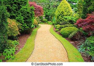 Krásná zahrada na jaře ve Skotsku