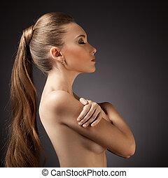 Krásný portrét ženy. Dlouhé hnědé vlasy