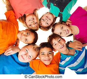 Kruh šťastných dětí se spolu usmívá